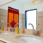 מבנה השירותים והמקלחות